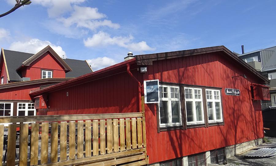 6794338b Til salgs-skiltet er oppe på veggen. Foto: Tore Østby