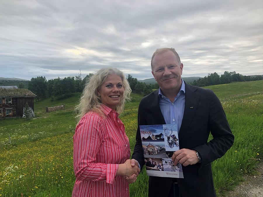 Tove Martens og viseadministrerende direktør for Coop Midt-Norge, Bjørn Vik-Mo. Fotograf: Destinasjon Røros.