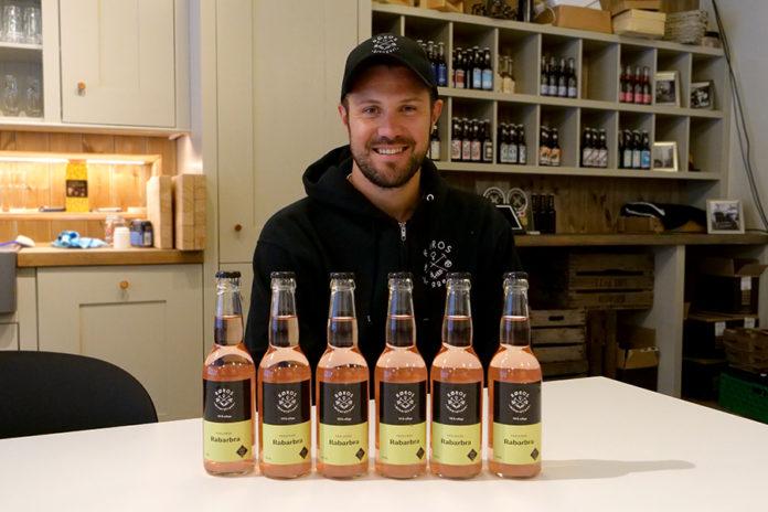 Kvalitetssjef på Røros Bryggeri Jørgen Langeng gleder seg over responsen på Perlende Rabarbra. Foto: Iver Waldahl Lillegjære