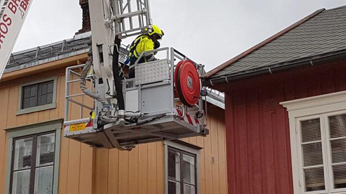 Brann - og redningstjenesten reddet en fugl som satt fast under et møne i Kirkegata i dag. Foto: Ragnhild Bjerkan