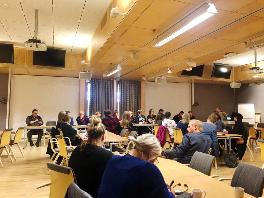 Mange mennesker er samlet for å diskutere hvordan Røros har vært og skal utvikle seg som sørsamisk forvaltningskommune. Foto: Jenny-Krihke Bendiksen