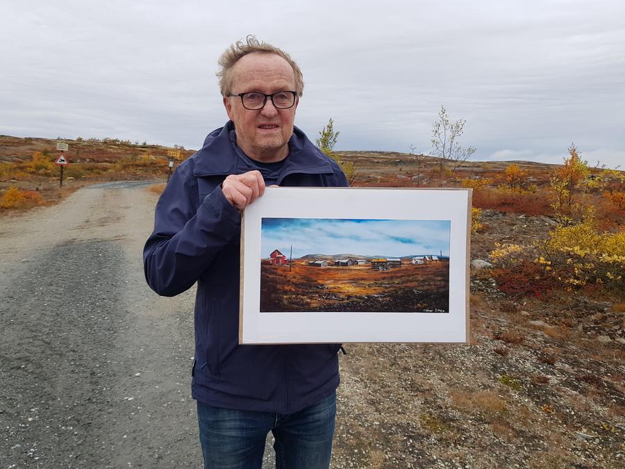 Oddvar Siksjø med maleri han har laget av Kongens gruve. Foto: Tove Østby