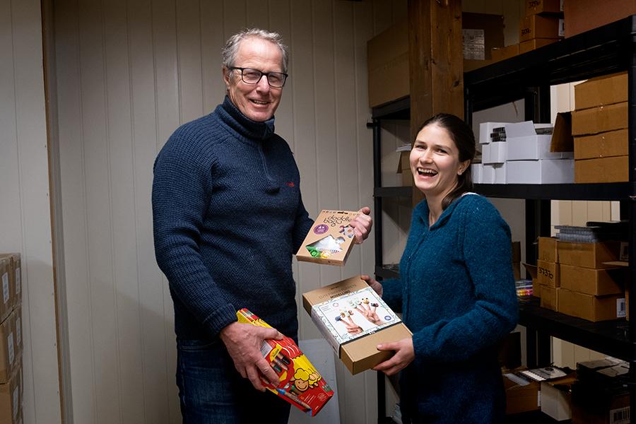Torbjørn Maaø og Marianne Myhre Andersen har det morsomt på jobb i Leigh-gården. Foto: Iver Waldahl Lillegjære