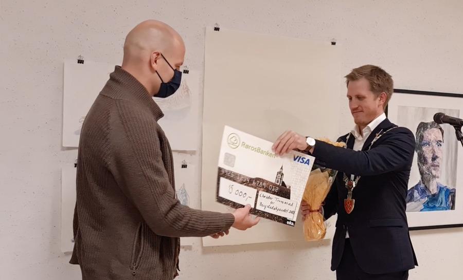 Christer Tronsmed blir overrakt Bergstadstipendet av fungerende ordfører Christian Elgaaen. Foto: Tove Østby