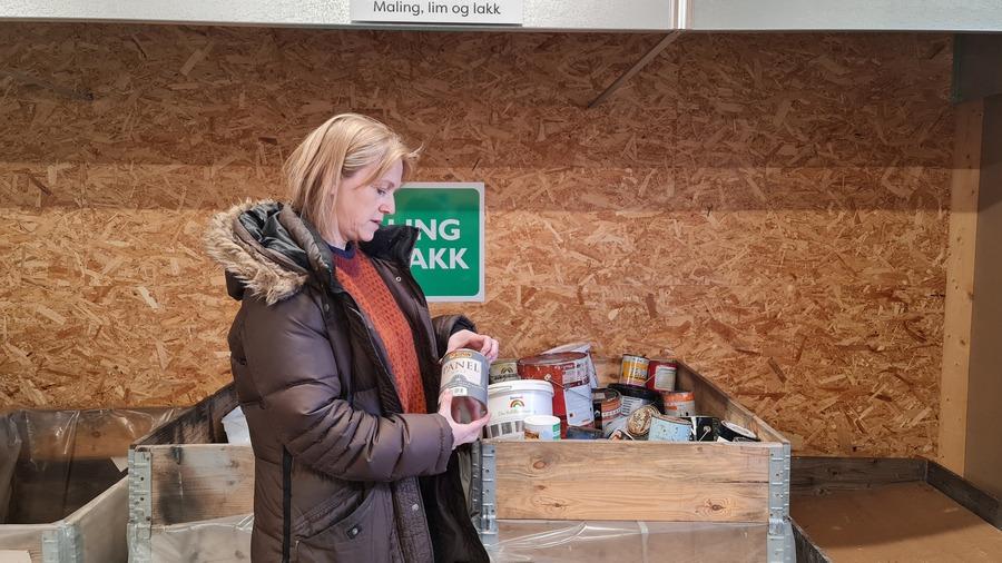 Berit Selboe-Coote hos FIAS ønsker ikke farlig avfall i restavfallet. Foto: Tove Østby