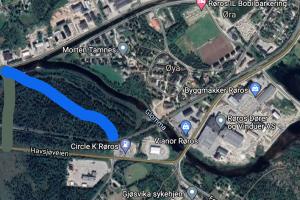Den grønne linjen viser korteste passasje fra Havsjøveien til enden av Stamphusveien. Den blå linjen viser en mulig trase med avkjørsel ved Circle K. Skjermdump Google maps.