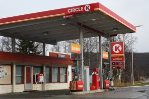 Om prisnivået i de to nabolandene har funnet en ny normal, eller om dette er et kortvarig fenomen vites ikke, men nå kommer svensker til Brekken for å fylle bensin. Foto: Tore Østby