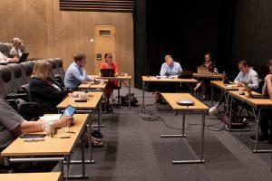 Formannskapet gjennomførte møtet i kinosalen. Foto: Iver Waldahl Lillegjære