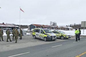HV bistår politiet i grensekontrollen.  Foto: Tore Østby