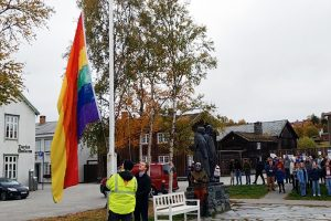 Her går Prideflagget til topps. Foto: Tove Østby