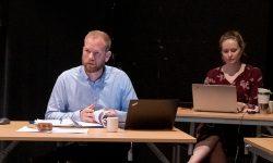 Streng ordfører: Isak lover å bruke klubba mer hvis det blir nødvendig i kommunestyremøtene. Foto: Iver Waldahl Lillegjære